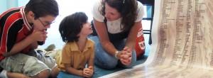 mother-kids-praying-902x333